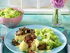 Kartoffel-Nockerl mit Senfsoße und Speck zu Spitzkohlgemüse
