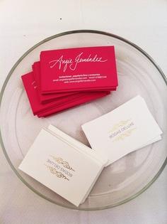 Nuestras tarjetas de visita y las de Angie Fernández.