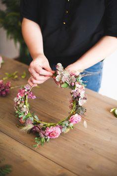 Marion Heurteboust - DiY - Une couronne de fleurs fraiches - La mariee aux pieds nus pour Bippity