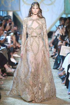 Elie Saab Alta Costura Otoño-Invierno 2017/2018, París. También diseñador libanés y también nos lleva a un precioso cuento de 1001 noches mostrándonos princesas orientales con impresionantes vestidos de noche, tiaras, collares masivos de oro y  boas de piel.  Una colección que enamora!! #moda #estilo #eliesaab #altacostura #semanadelamoda #paris #fashion #glamour #chic #style #hautecouture #fashionweek #luxury #designer #design #details #inspiration