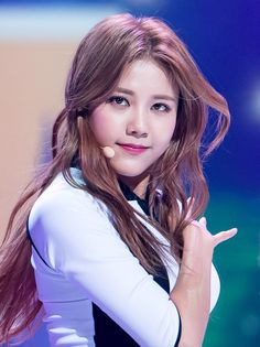 https://upload.wikimedia.org/wikipedia/commons/d/dd/Hyejeong_at_AOA_KBS_TV1_concert%2C_24_May_2016.jpg
