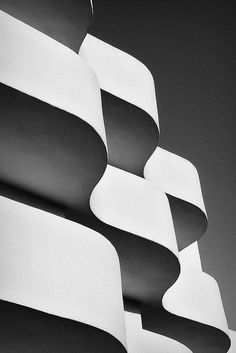 Geometric patterns in architecture with curvy wave structure