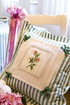 Design : Gerlinde Gebert Shop: www.de use pices of embroidery from linens to make pillows Sewing Pillows, Diy Pillows, Decorative Pillows, Throw Pillows, Cushions, Pillow Ideas, Embroidery Stitches, Embroidery Patterns, Hand Embroidery