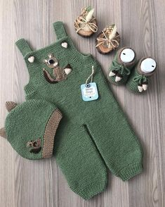 Super knitting baby romper hats ideas to help make the gardener baby pants Baby Knitting Patterns, Knitting For Kids, Crochet For Kids, Baby Patterns, Free Knitting, Start Knitting, Beginner Knitting, Baby Dungarees, Diy Crafts Knitting