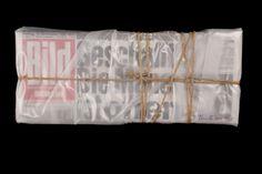"""Christo: WRAPPED BILD BERLIN - Die Mauer ist offen, die Überschrift der BILD am Morgen des 10. November 1989. Genau ein Viertel Jahrhundert später erscheint nun erneut die Überschrift """"Die Mauer ist offen"""". Dieses Mal handelt es sich zwar wieder um die BILD-Headline zur Deutschen Einheit, jedoch nicht als Nachricht für ein Massenpublikum, sondern als Titel der exklusiven Auflage, die Christo für die immer grösser werdende Schar der Kunstfans der BILD geschaffen hat. 25 Exemplare."""