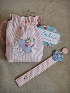 FLORITURAS By Gara: chupetero Baby Shower Gifts, Baby Gifts, Diy Baby Headbands, Bebe Baby, Baby Fabric, Dummy Clips, Baby Box, Baby Comforter, Creation Couture