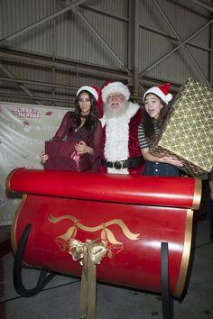 Pin for Later: Seht wie die Stars die Weihnachtssaison einläuten Shay Mitchell und Rowan Blanchard posierten mit dem Nikolaus