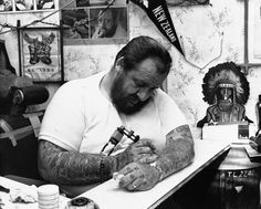 Tattoo Jock tattooing himself at his shop Kings Cross, 1967 Old Tattoos, Tattoos For Guys, Tattooed Guys, Picture Tattoos, Tattoo Photos, Antique Tattoo, Vintage Style Tattoos, Traditional Tattoo Old School, Sick Tattoo