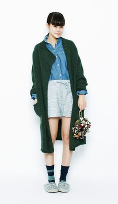 Combine shorts made with sweatshirt fabric with a dark green long cardigan to stand out from the rest. Perfect for a comfortable style at home when you are in a relaxed mood.LOPI Cape Cardigan¥13,800+tax / No415194Chambray Wrinkled Shirt¥6,600+tax / No415186Acrylic and Wool Drop-stitch Knit Easy Shorts¥5,300+tax / No420315Mixed M Socks (rasox)¥1,500+tax / No334359Sweat Boa R Slippers¥1,500+tax / No41513314CH Wreath S¥1,500+tax / No417186