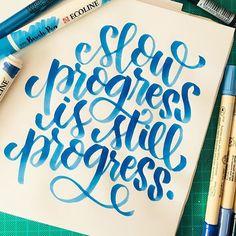 """""""el progreso lento también es progreso""""  he aprendido -a la mala, porque mi impaciencia siempre me gana- que para que algo salga lindo hay que dedicarse, ensayar y practicar mil veces. A veces mi impaciencia me ganaba pero me di el tiempo con estas letritas y siento que valió la pena, aunque tenga mil borrados y las haya hecho mil veces!  #lettering #letteringchile #calligraphy #letteringpractice #handlettering #brushlettering #brushpen #brushart #letteringcommunity #moderncalligraphy #go..."""