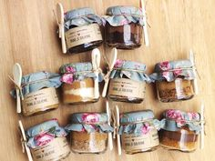 Here are loads of ideas for unique wedding favors ~ what gift shall you be giving your guests? Jam Packaging, Dessert Packaging, Food Packaging Design, Brownie Packaging, Cake In A Jar, Dessert In A Jar, Simple Wedding Decorations, Simple Weddings, Wedding Favours