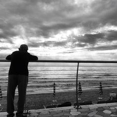 Nonno guardando il mare