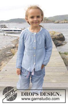 """Strikket DROPS jakke i """"Belle"""" med bladmønster, retstrik og rundt bærestykke, strikket ovenfra og ned. Str 3 - 14 år Gratis opskrifter fra DROPS Design."""