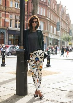 What's your stand on floral pants? Last weekend while shopping for shorts , I noticed tons of girls sporting floral pants and while I w. Style Work, Style Me, Looks Street Style, Floral Pants, Printed Pants, Patterned Pants, Mode Inspiration, Tuesday Inspiration, Fashion Inspiration