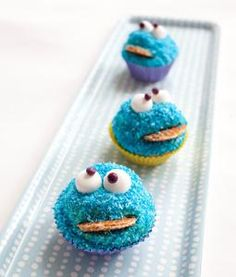 Koekiemonsters - tip: gebruik ipv kokos met kleurstof: blauwe dip of blauwe hagelslag Food Truck Desserts, Cake Pops, Cute Food, Yummy Food, Cookie Monster Cupcakes, Party Food And Drinks, Yummy Cupcakes, Food Humor, Cute Cakes
