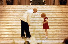 Another behind the scenes look of ANNIE movie (Aileen Quinn and Albert Finney) 1982