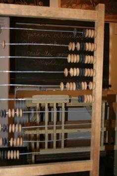 Näyttelystä löytyy vanha koulupulpetti, liitutaulu sekä helmitaulu.  Oulu (Finland)