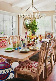 Read Flea Market Décor on Magzter Colored Dining Chairs, Woven Dining Chairs, Mismatched Dining Chairs, Dining Room Table Decor, Dining Room Colors, Dining Room Design, Room Chairs, Room Decor, Mexican Dining Room