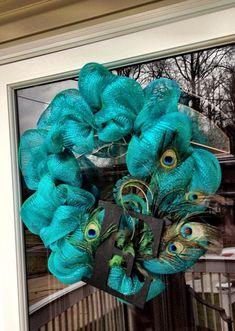 Peacock Deco Mesh Wreath- I absolutely LOVE this wreath! Peacock Wreath, Peacock Decor, Peacock Theme, Peacock Feathers, Feather Wreath, Peacock Wedding, Wreath Crafts, Diy Wreath, Diy Crafts