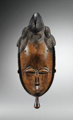Mask l Baule l Ivory coast l  Le masqueKpanest le dernier à intervenir dans la danse duGoli, mascarade emblématique de la culture Baulé. Il symbolise, selon Susan Vogel, le prestige et le pouvoir suprême de la femme.