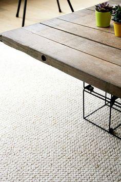 DIY : un grand tapis pour moins de 100€ Decor Design, Rugs On Carpet, Beautiful Carpet, Diy Déco, Home Design Decor, Deco Salon, Coffee Table, Furnishings, Living Room Designs