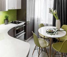 Ívelt munkapult, szürke és fehér konyhabútor kombináció, zöld mozaik hátfal és székek, kerek asztal