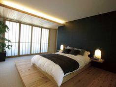 下がり天井に間接照明と、落ち着いた雰囲気の主寝室 ...