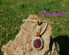 Colgante piedra roja con base de cuero, engarzado en cáñamo ganchillado. Cordón de cáñamo con botón de cuero.