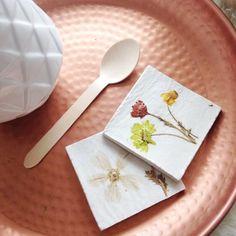 DIY onderzetters van zelfdrogende klei met gedroogde bloemen erin gedrukt. Aflakken met een matte decoupagelak ter bescherming