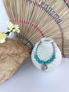 Armband wit met turquoise edelsteen en DQ metaal zilver geluksmuntje. door KathyStoneJewelry op Etsy