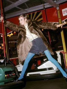 """レトロなカーディガン×コーデュロイ素材のキュロットに、ヴィンテージ風のファーコートを合わせてこなれ感をアップ。仕上げにブルータイツを投入すれば、小粋な""""スウィンギン・ロンドン""""スタイルの完成! 足も..."""
