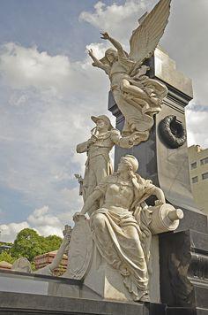 Ricoleta Cemetery de Argentina. La estatua blanco es interesante.