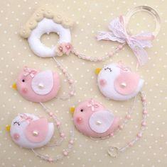Pingente de cortina em feltro Baby Crafts, Felt Crafts, Diy And Crafts, Arts And Crafts, Felt Mobile, Felt Baby, Felt Birds, Felt Patterns, Felt Toys