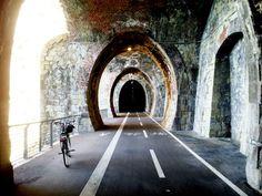 Una pista ciclabile nelle vecchie gallerie ferroviarie abbandonate, con vista sul mare della Liguria. Il mio pezzetto preferito di Levanto!