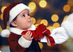 Cùng cho bé thay đổi hoàn toàn phong cách giản dị thường ngày để hóa thân thành những chàng hoàng tử đáng yêu cùng bố mẹ đón Noel nào! Với thời trang giáng sinh cho bé trai dưới đây, làm các bé trông đáng yêu hơn trong ngày giáng sinh này đấy nhé.