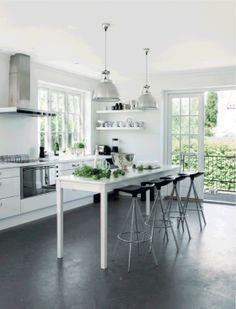 Køkken i hvid og med betongulv // concrete floor + kitchen + white + nordic living + scandinavian