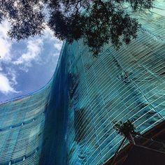 """A forma sinuosa do COPAN quebrando ângulos retos do centro da capital paulista, tem a marca de seu criador. O gosto pela linha curva é uma das pricipais características da obra de Oscar Niemeyer que escreveu: """"não é o ângulo reto que me atrai, nem a linha reta, dura, inflexível... o que me atrai é uma curva livre e sensual..."""" #sampaposts"""