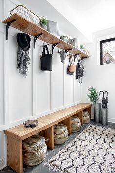 5 tips to arrange the vestibule The ideas of my house Mudroom Laundry Room, Laundry Room Design, Bench Mudroom, Ideas Cabaña, House Entrance, Entryway Decor, Entryway Storage, Entrance Decor, Entryway Furniture