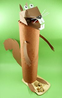 Eine harte Nuss? Nein, das ist unser knuffiges Nussknacker-Hörnchen nicht - es lässt sich nämlich ganz leicht nachbasteln! #geolino #basteln #kinder #nussknacker #nuesse #eichhoernchen #kuechenrollen #stein