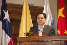"""El embajador chino confirmó el apoyo de su país a la posición argentina http://www.ambitosur.com.ar/el-embajador-chino-confirmo-el-apoyo-de-su-pais-a-la-posicion-argentina/ Yang Wanming aseguró que el gigante asiático acompañará el planteo del país en la reunión del G-20 que se hará el mes próximo en Australia. """"Queremos mostrar nuestro apoyo y sentimiento pleno en cuanto al reclamo de la Argentina"""", sostuvo el diplomático.     El embajador de China, Yang Wanming,"""