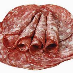 Nu se putea ca, din pachetul de afumături pe care ni l-a trimis domnul Marian Rădulescu, să lipsească o rețetă de salam de casă, nu? Așa că iată, vine mai la vale un salam de vară homemade, numai b… Romanian Food, Romanian Recipes, Smoking Meat, Charcuterie, Carne, Sausage, Avocado, Mai, Pork