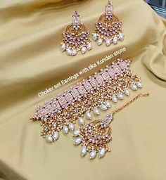 Indian Bridal Jewelry Sets, Bridal Jewelry Vintage, Indian Jewelry Earrings, Fancy Jewellery, Jewelry Design Earrings, Tikka Jewelry, Indian Necklace, Bridal Jewellery, Gold Jewelry