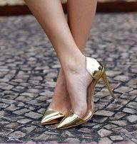 perfect gold heels. http://lolobu.com/look/8790