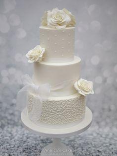 Weddingcake cornelli lace, dots and white roses. Bruidstaart kant, stipjes en witte rozen.