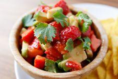 Har du smakt jordbær- og avokadosalsa? Jeg synes det passer perfekt som tilbehør til grillmat. Eller du kan ha det som dip til tortillachips. Se så flotte farger den har!  Jordbær- og avokadosalsa Du trenger: 2 avokadoer 1 boks (ca 500 g) jordbær 1 lime Litt frisk koriander Del avokadoen i to og fjern ...read more →
