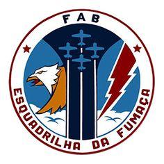 Escudo circular dividido pelo rastro de fumaça de quatro aviões em formação diamante, tendo de um lado a águia, símbolo do domínio e arrojo do piloto de demonstração aérea, e do outro o raio, representando a velocidade e a força.