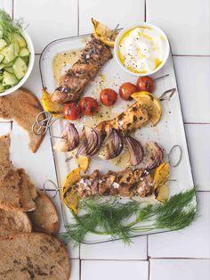 Díky jogurtové marinádě maso zkřehne a bude krásně šťavnaté. Naan, Chicken Wings, Hummus, Feta, Dip, Ethnic Recipes, Salsa, Buffalo Wings