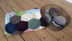 PennyMo: Hexagon-tæppe Crochet Stitches, Diy And Crafts, Kids Rugs, Throw Pillows, Blog, Afghans, Crocheting, Blankets, Mad