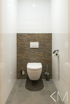 Interieurontwerp Autobedrijf A. van Rijswijk, Veen Michel Oprey & Beisterveld vloer en wandtegels Silestone wastafelmeubel Villeroy & Boch toilet Duravit spoelknop Toilet And Bathroom Design, Toilet Tiles, Small Toilet Room, Modern Bathroom Sink, Guest Toilet, Downstairs Toilet, Toilet Design, Bathroom Interior Design, Small Bathroom