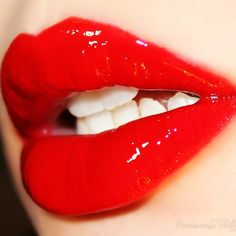 Glossy Red Lips for a Date Night Look | Makeup Inspiration by Makeup Tutorials at http://makeuptutorials.com/how-to-apply-red-lipstick-perfectly-i-makeup-tutorial
